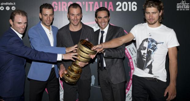 Ivan Basso receives an award for his carreer during the Giro d'Italia 2016's presentation at EXPO. Milan, 5 October 2015. ANSA/CLAUDIO PERI
